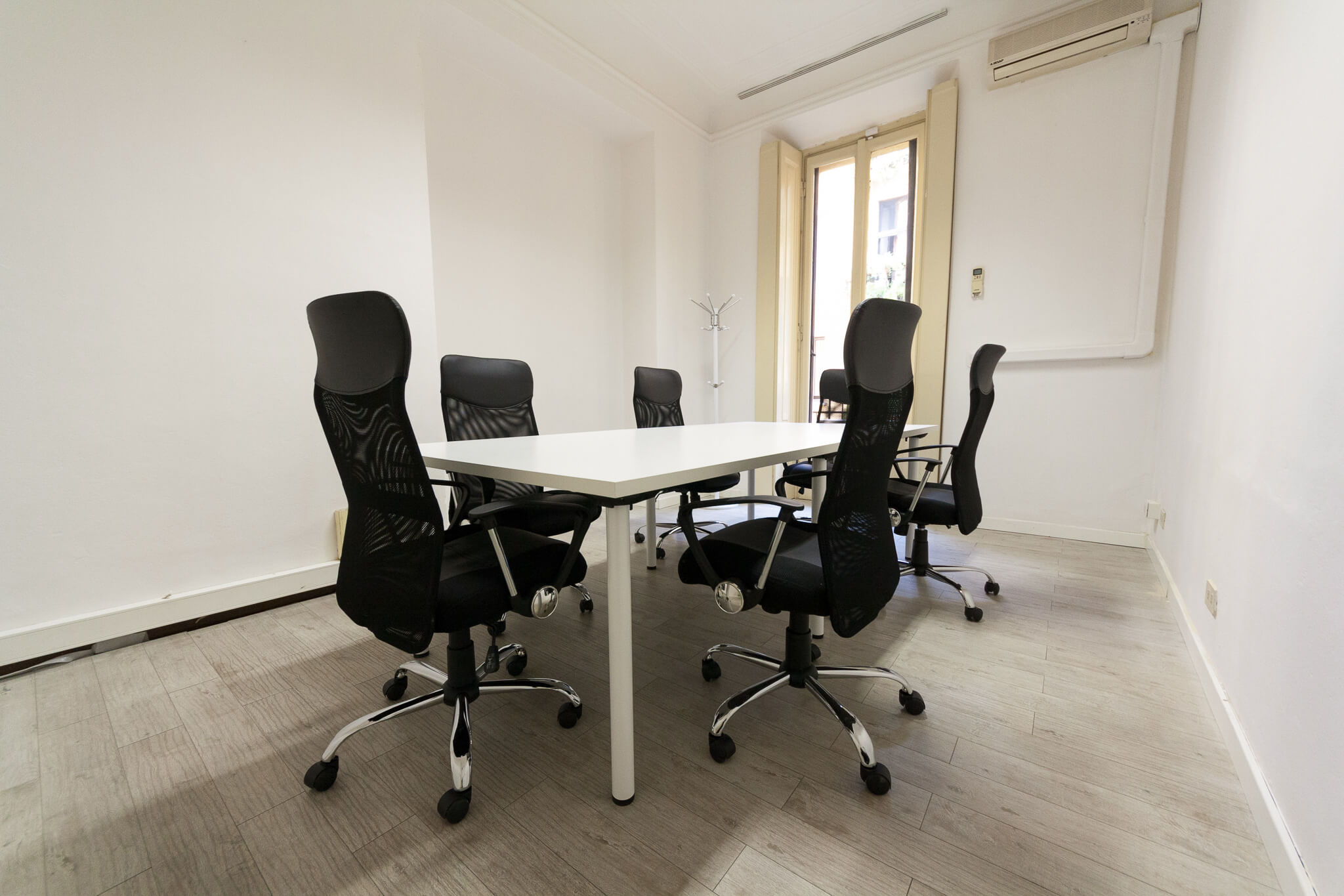 milan central small meeting room offisquare rh offisquare com small meeting room table small meeting room design